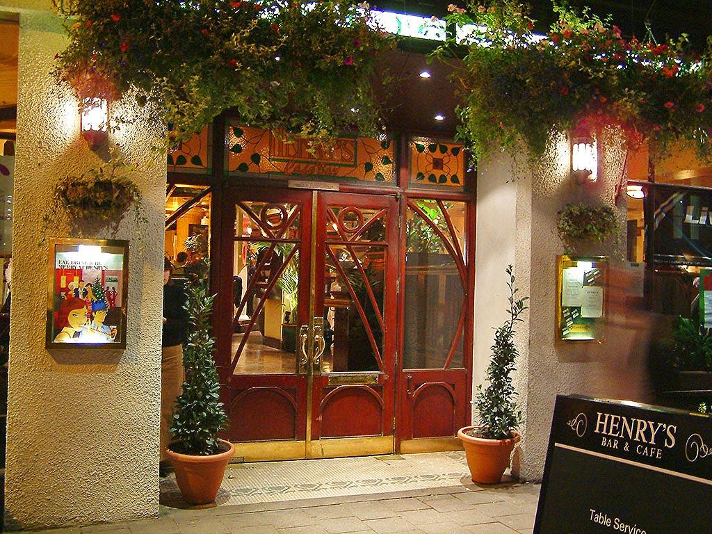 Henrys Café Bar - Boarding-Time